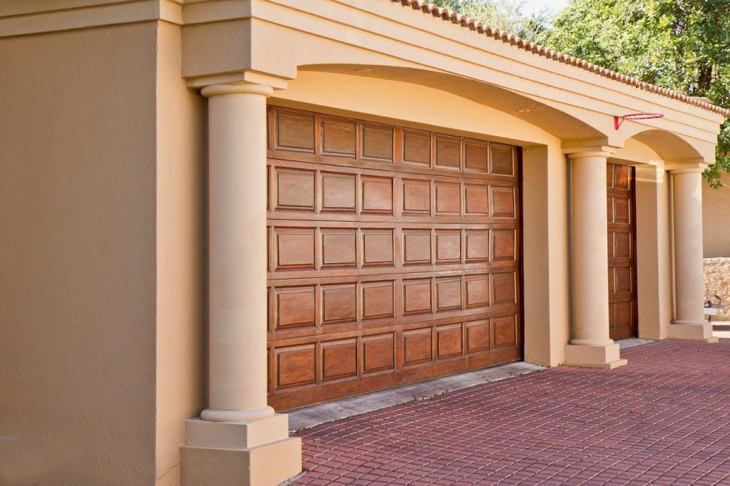 Różne bramy garażowe